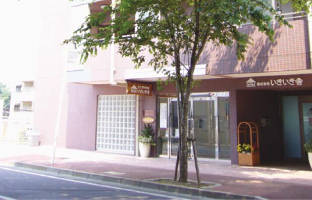左手がイハナハウスの玄関、右手がいきいき舎の本社です
